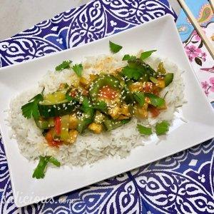 Kruidige Thaise roerbakschotel met knoflook en koriander