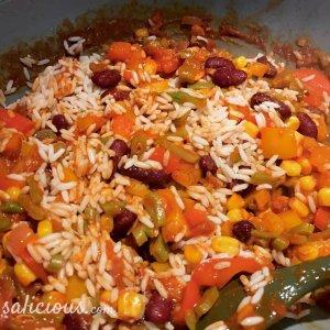 Voorbereiding Mexicaanse wraps gevuld met rijst