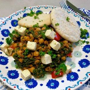 Griekse kikkererwtenstoof met spinazie en pita broodjes