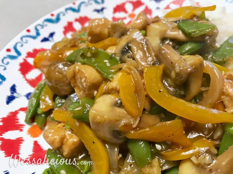 Lekkere Oosterse groenteschotel met knoflook en zelfgemaakte woksaus