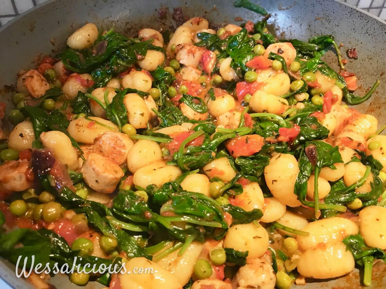 Gnocchi met spinazie en worst in de pan