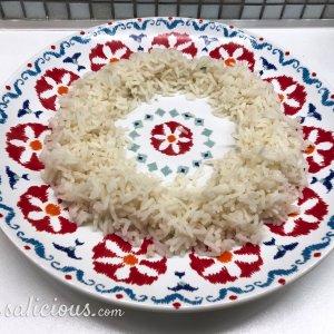 Rijst schikken op bord
