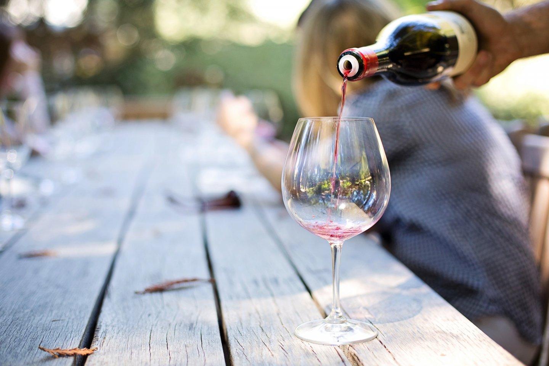 Rode wijn serveren