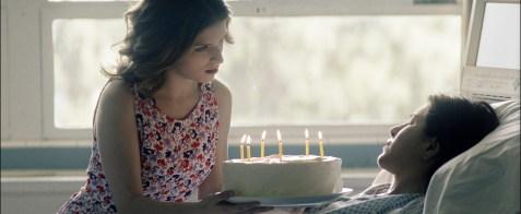 Claire (Jennifer Aniston) hat Visionen in Form ihrer verstorbenen Freundin Nina (Anna Kendrick).