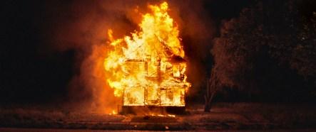 Bilder von brennenden Häusern werden zu Symbole einer vergessenen Gesellschaft.