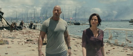 Ray (Dwayne Johnson) und seine Noch-Ehefrau Emma (Carla Gugino) sind angesichts der katastrophalen Zustände in Los Angeles erschüttert.