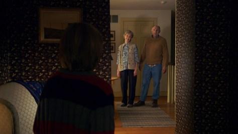 Die beiden Kinder wissen noch nicht ganz, was sie von ihren Großeltern halten sollen.