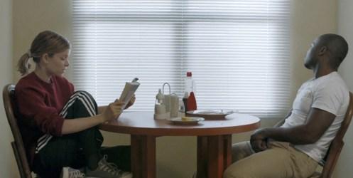 Ashley Smith, gespielt von Kate Mara, liest ihrem Entführer Brian, gespielt von David Oyelowo, aus einem Buch vor.