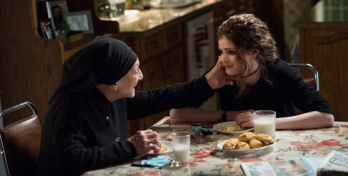 Tochter Paris (Elena Kampouris) holt sich Rat bei ihrer Familie.