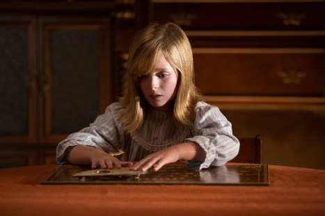 Die neunjährige Doris (Laura Wilson) scheint eine ganz besondere Verbindung zum Ouija-Brett zu haben...