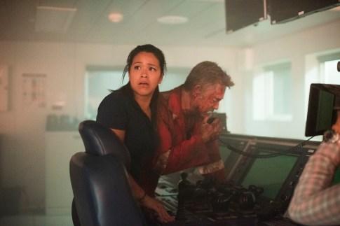 Andrea Fleytas (Gina Rodriguez) versucht Jimmy Harrell (Kurt Russell) zu retten.