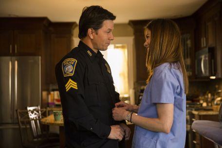 15. April 2013 - Wie jeden Morgen verabschiedet sich Sgt. Tommy Saunders (Mark Wahlberg) vor Dienstbeginn von seiner Frau Carol (Michelle Monaghan).