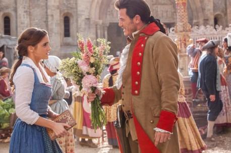 Gaston (Luke Evans) macht Belle (Emma Watson) einen Heiratsantrag.