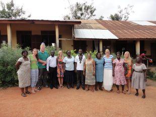 Die Studierenden der EUF (v.l.): Sally Preiß, Henning Evers, Ann-Catrin Gisler, Annika Röhricht, Natalie Klassen mit ihrne Mentoren und Schulleitern an der Salvation Army School in Swedru