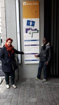 Prof. Dr. Bea Lundt und Dr. Henry Kam Kah vor dem Gebäude der Asien- und Afrikawissenschaften der Humboldt-Universität Berlin