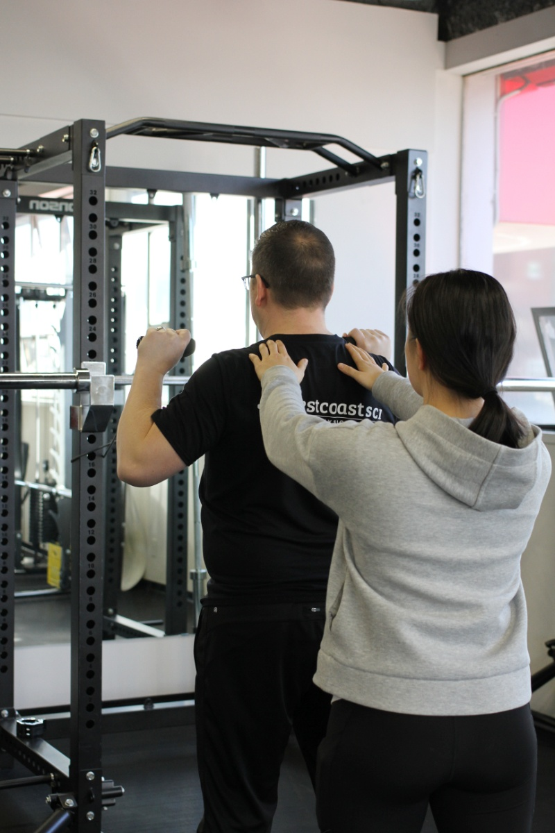 kinesiologist with patient doing personal training