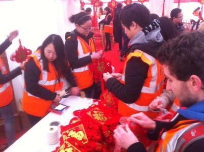 volunteers hanging Chinese knots/ Qiwei Wang