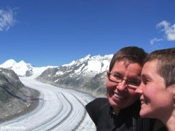 Isa and Natascha on a hiking trail above the Aletsch Glacier