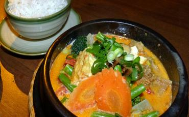 Yellow curry and a bowl of rice