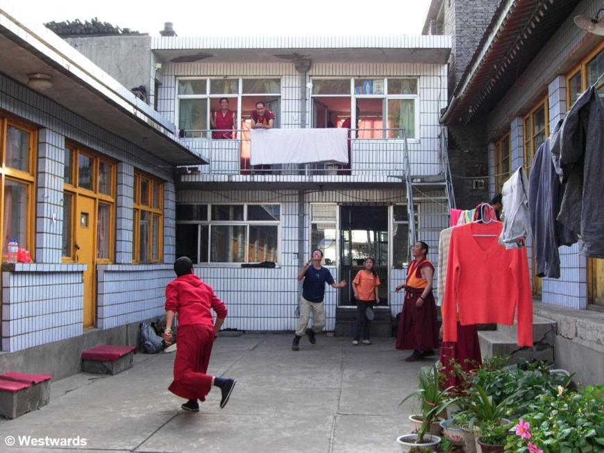 Natascha playing Badminton with Buddhist monks in a Wutai Shan Hostel