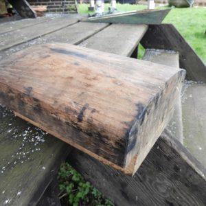 Neuten worden voorzien van blik zodat de molen beter in de wind te zetten is