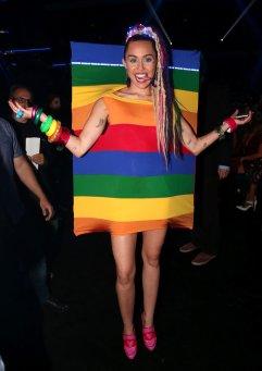 5Miley-Cyrus-MTV-VMAs-2015-Pictures