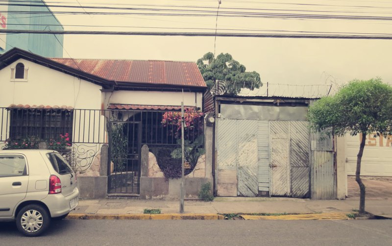 Hohe Gitter, hohe Mauern und immer Stacheldraht