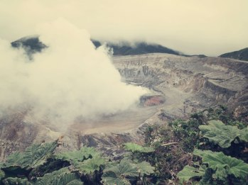 Der Vulkankrater mit seinem dampfenden Kratersee