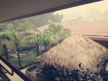Blick aus dem Zimmer in La Fortuna bei strömenden Regen
