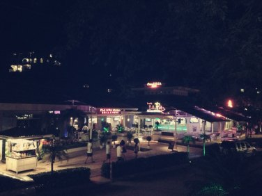 Abends erinnert Tamarindo an Rimini in Italien