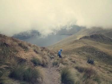 Im Hintergrund der Mojanda Kratersee