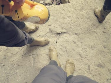 Manchmal steckten wir so fest im lehmigen Schlamm, dass der Stiefel stecken blieb.