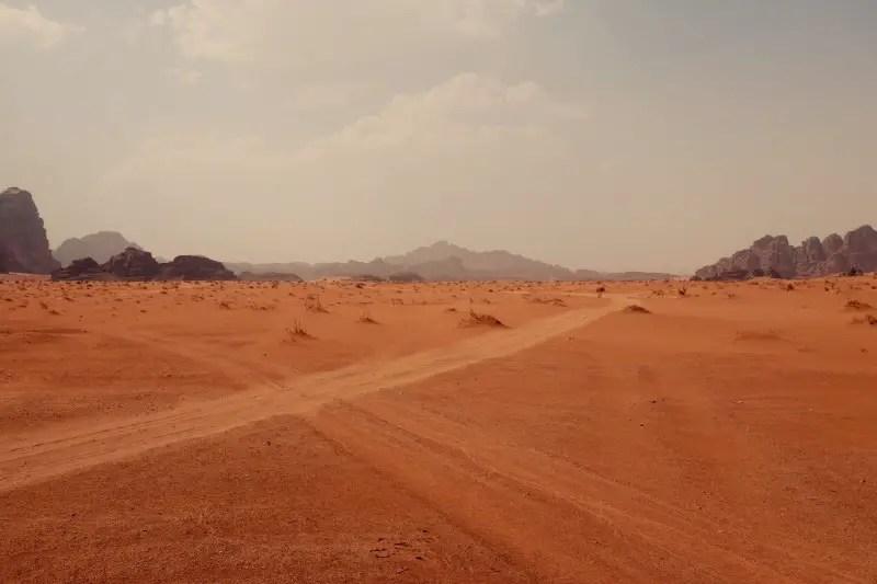 Kreuzung in Wüste, Wadi Rum, Jordanien