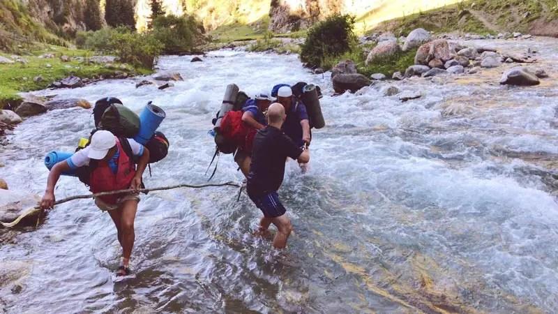 Flussüberquerung beim Trekking in Kirgistan