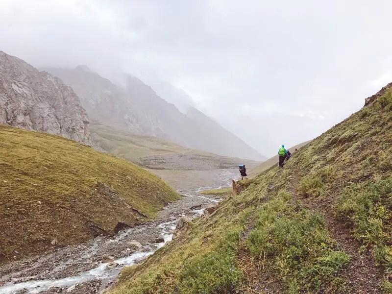 Steilhänge beim Trekking in Kirgistan