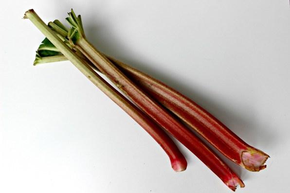 Drei lange Rhabarberstangen