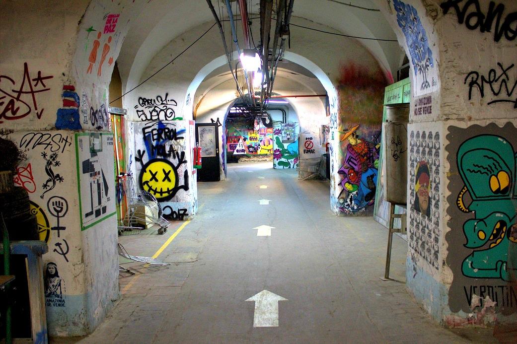 Flur mit Grafitti