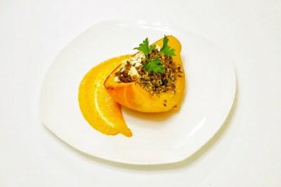 Hokkaidokürbis gefüllt mit Bulgur auf einem Paprikaschaum