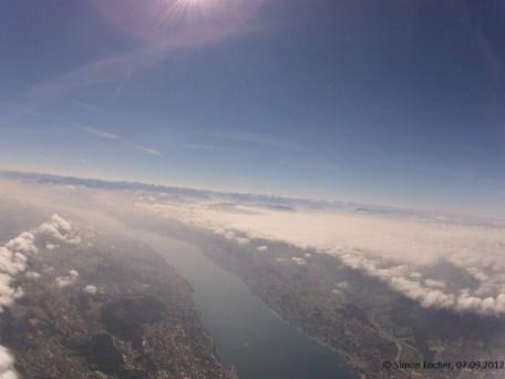 3254.8 m ü. M., 6.51 °C: Blick über den Zürichsee in Richtung Alpen, Wolkenfeld westlich des Albis