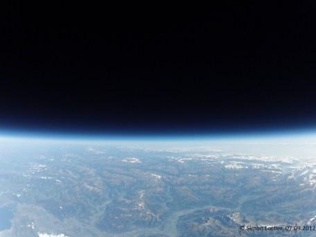 30021.4 m ü. M., -43.17°C: Die Alpen in Richtung Osten betrachtet