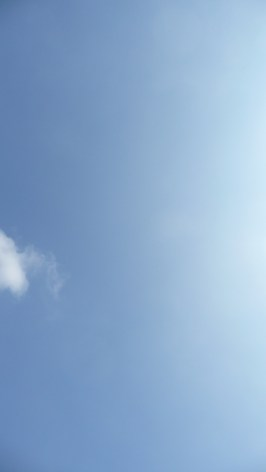 Letzte Aufnahme des Ballons vom Boden aus, er befindet sich bereits in einer Höhe von etwa 2'300 Metern (für die, welche ihn nicht sehen: Er ist als weisser Punkt unten rechts der Mitte zu sehen)