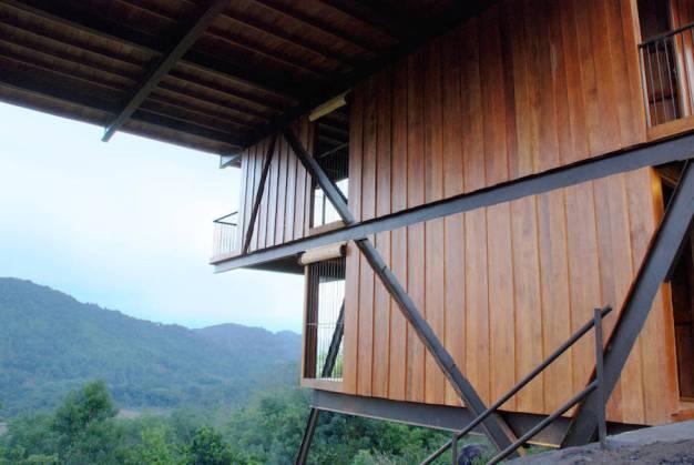 superb-wooden-three-leveled-bungalow-in-sri-lanka-4-900x603