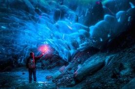 Stunning-Alaskan-Ice-Cave-2