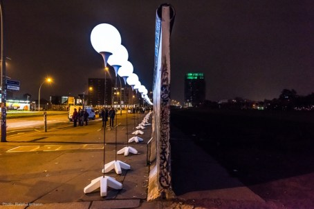 The-LICHTGRENZE-The-Border-of-Lights-installation-by-Christopher-Bauder-and-Marc-Bauder-Berlin-Germany-08-