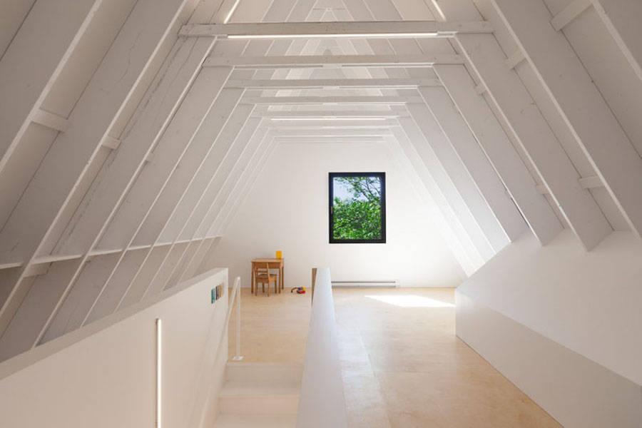 Contemporary-Triangular-Cabin-in-Canada12-900x600