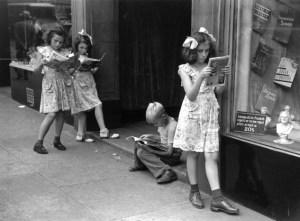 Kids reading comics, 1947 ©Ruth Orkin