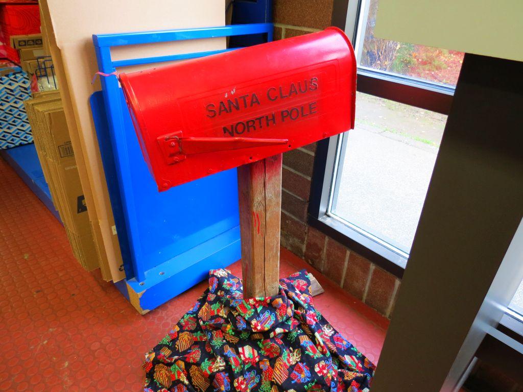 santa-mail-box-at-ferndale-usps