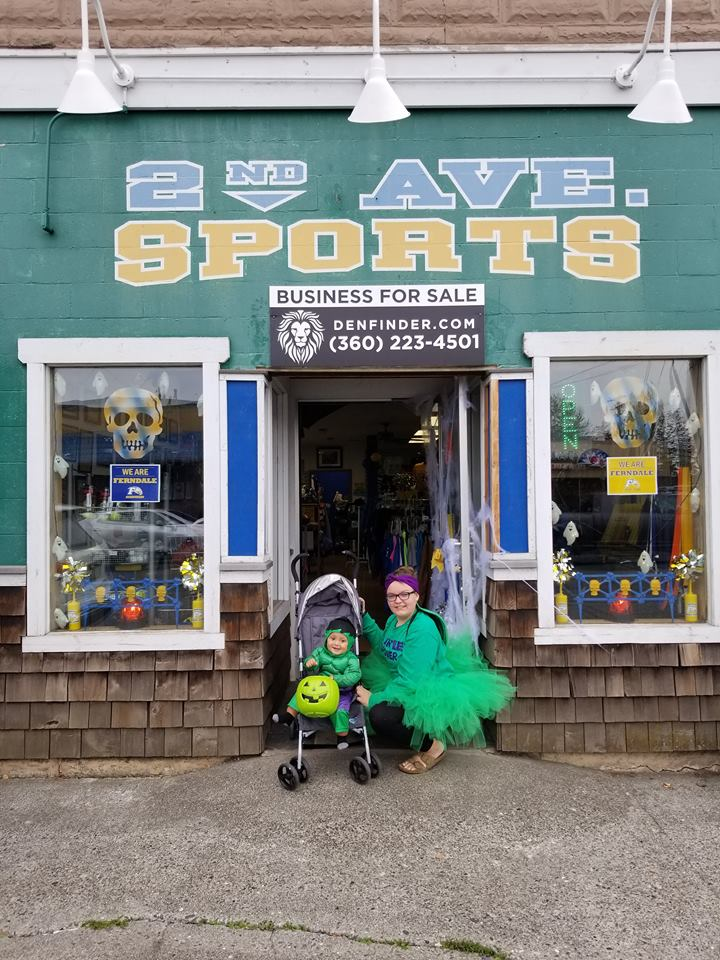 emily heiser kids pose in front of 2nd ave sports during halloween 2018