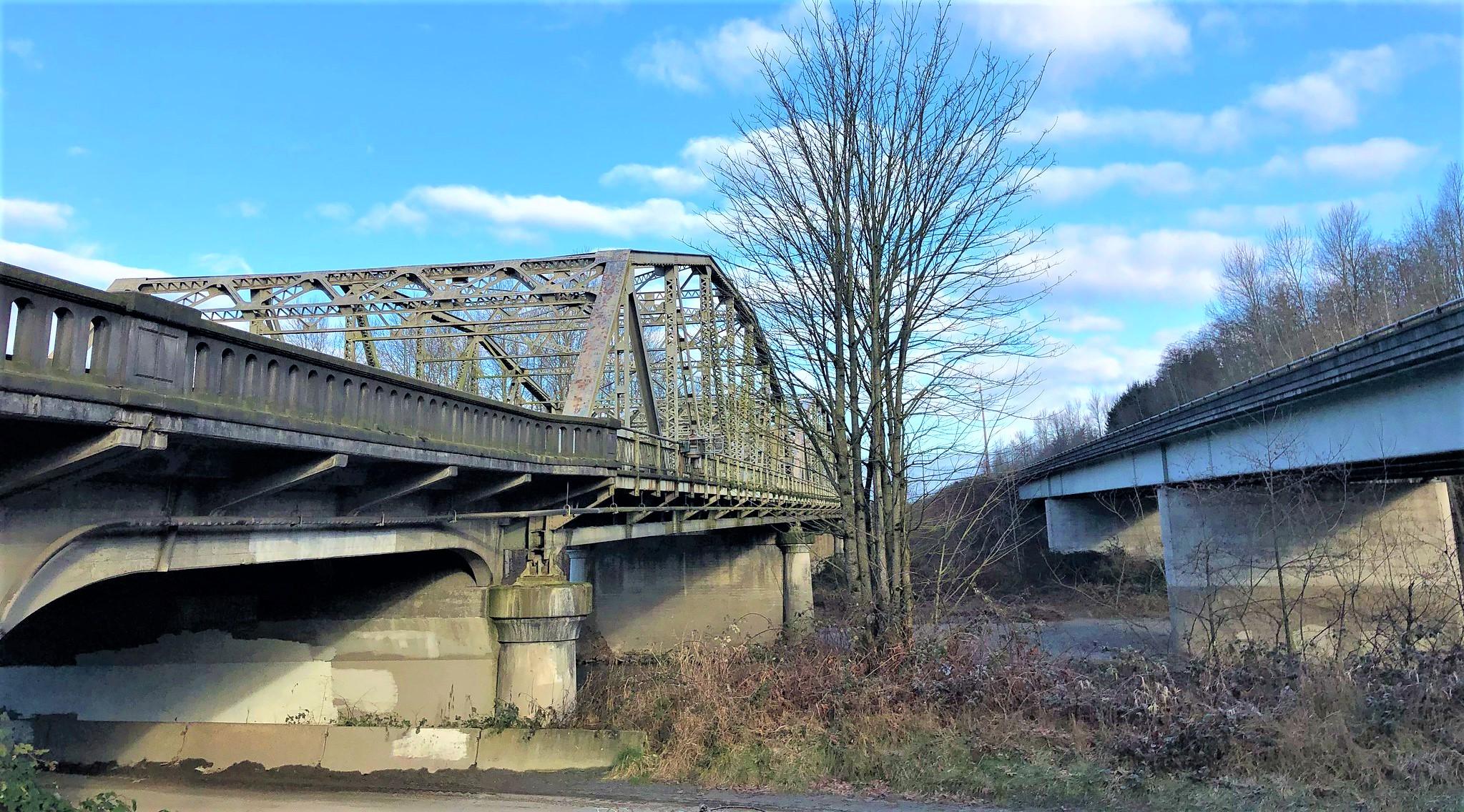 Stillaguamish Bridge (L) and the bridge carrying the northbound lanes (R) (February 10, 2021). Photo: WSDOT