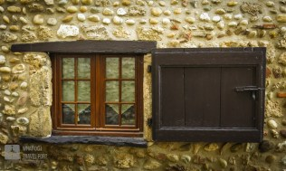 I personally love old windows and doors. This is one you can find in Pérouges.